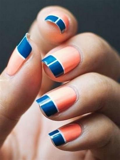 Коралловый ногти с голубым рисунком