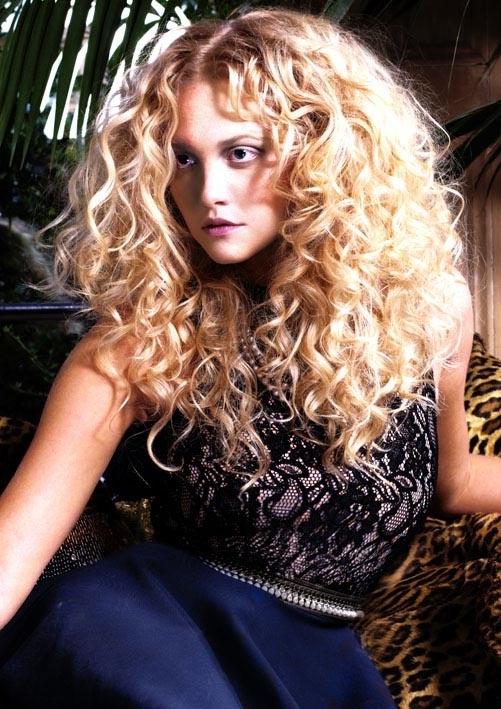 Фото на тему стрижка для вьющихся длинных волос.