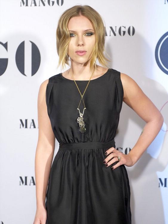 Фото красивая брюнетка в черном платье 12 фотография