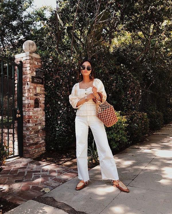 Идеи образов с белыми джинсами